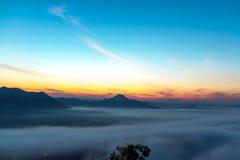 Morgonsolen med moln Arkivbild
