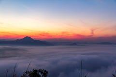Morgonsolen med moln Arkivbilder