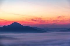 Morgonsolen med moln Arkivfoto