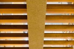 Morgonsolen skiner på trappan i huset Arkivbild