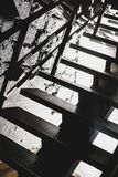 Morgonsolen skiner på trappan i svartvitt Royaltyfri Bild
