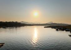 Morgonsolsladd med vatten i morgonen Arkivfoton
