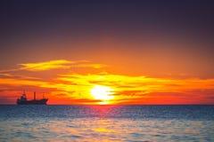 Morgonsoluppgång över havet Arkivbild