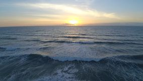 Morgonsoluppgång över satellit- bränningstrandFlorida Atlantic Ocean seascape av lugna vita vågor i flyg- sikt för surr 4k lager videofilmer
