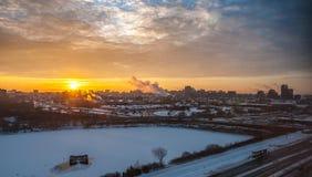 Morgonsoluppgång över staden royaltyfri bild