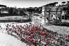 Morgonsoluppgång med folk på cykeln i mitten av Rome royaltyfria bilder