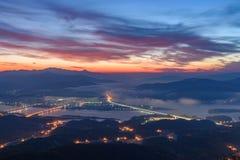 Morgonsoluppgång och dimmigt av berget Arkivbilder