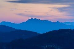 Morgonsoluppgång och dimmigt av berget i Korea Royaltyfri Bild