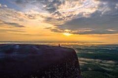 Morgonsoluppgång och dimmigt av trädet vaggar Royaltyfri Fotografi