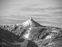 Morgonsoluppgång på Jested berget och skojade Ski Resort Lynne för vintertid Liberec tjeckisk republik royaltyfria foton