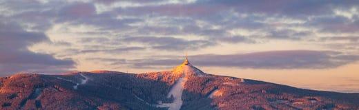 Morgonsoluppgång på Jested berget och skojade Ski Resort Panorama för vintertid Liberec tjeckisk republik arkivfoto