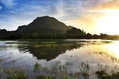 Morgonsoluppgång på Tasoh sjön, Perlis, Malaysia Royaltyfri Bild