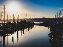 Morgonsoluppgånghamn med disigt filtrerat ljus och skuggor royaltyfria foton