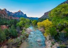 Morgonstrålar, jungfrulig flod, väktare Peak, Zion National Park, UT Arkivbilder