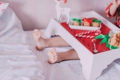 Morgontea i säng Royaltyfri Fotografi