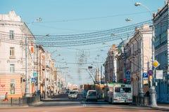 Morgontrafik på den Sovetskaya gatan i Gomel, Vitryssland Royaltyfri Foto