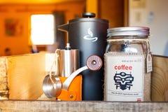 Morgonvak upp kaffeuppsättning med kokkärlet och molar arkivbild