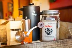 Morgonvak upp kaffeupps?ttning med kokk?rlet och molar royaltyfria foton