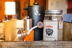 Morgonvak upp kaffeupps?ttning med kokk?rlet och molar royaltyfria bilder
