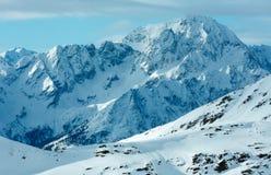 Morgonvintern skidar semesterorten Molltaler Gletscher (Österrike). Arkivbilder