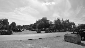 Morina, чехия - 7-ое августа 2018: припаркованные автомобили на месте для стоянки для туриста в после полудня лета солнечном троп Стоковая Фотография RF