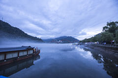 Moring mist på hangzhou port Arkivfoto