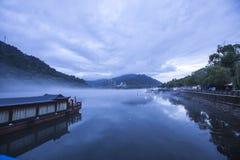 Moring-Nebel an Hangzhou-Hafen Stockfoto