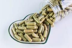 Moringa capsules op de kleine kom van het hartpatroon Stock Foto's