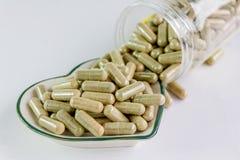 Moringa capsules op de kleine kom van het hartpatroon Stock Afbeeldingen