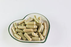 Moringa-Kapseln auf kleiner Herzmusterschüssel Stockfotografie