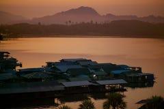 Morining światło unosić się dom w sangklaburi jeziornym zachodnim terri kanchanaburi jeden najwięcej popularnego podróżnego miejs obrazy royalty free