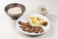 Morinoya a fait le repas cuire au four réglé de crachat de vache avec le bifteck frit, riz, veget Image libre de droits