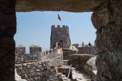 Morisk slott, Sintra som ses till och med fönster Royaltyfri Foto