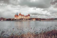 Moritzburg slott i höst Arkivfoto
