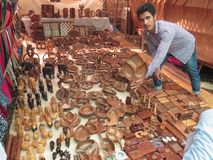 Morjim, Индия, 23-ье ноября 2013 В рынке, шоу и предложениях индийских человека для покупки деревянной плиты стоковые изображения