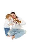 Mormodern visar att hunden behandla som ett barn Royaltyfri Bild