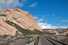 Mormonet vaggar framme av järnvägspår i Kalifornien den höga öknen precis förutom San Bernardino Royaltyfri Fotografi