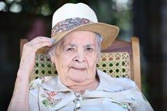 Mormor i hatt Arkivfoto