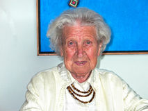 mormor i henne hem Arkivbild