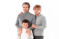 Mormor, morfar och sonson Isolerat p? vit royaltyfri bild