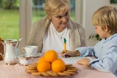 Mormor och barnbarn arkivbilder