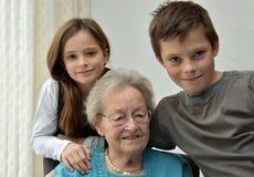 Mormor och barnbarn arkivbild