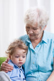Mormor och ledsen pys fotografering för bildbyråer