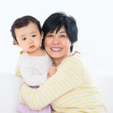 Mormor och sondotter Arkivbild