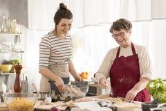 Mormor och sondotter som förbereder matställen royaltyfria foton