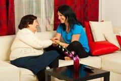 Mormor och sondotter som har konversation Fotografering för Bildbyråer