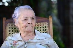 Mormor som åt sidan ser Royaltyfri Bild