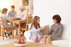 Mormor som talar med sondottern royaltyfria bilder