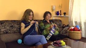 Mormorhandarbetestrumpor med den gravida sondottern på soffan stock video