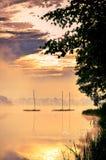 Morning有雾的湖风景 免版税库存照片